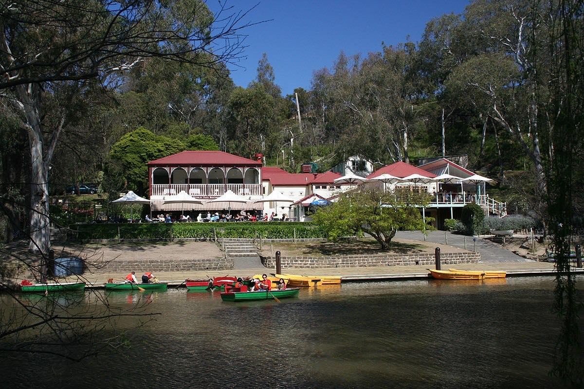 1200px-Studley_Park_Boathouse,_Melbourne,_Australia